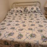 Queen bed and comforter set