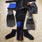 FULL SCUBA SUIT & 2 SETS OF FINS