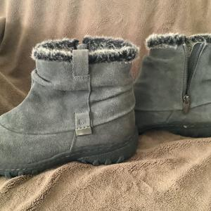 Photo of Women's snow boots size 8
