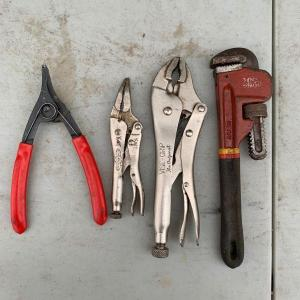 Photo of Lot of 4 spreader, 2 vise grips, pipe wrench