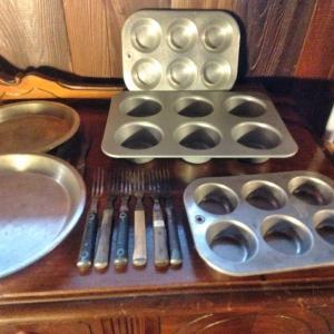 Photo of LOT 528  BAKING PANS
