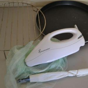 Photo of LOT 382 ELECTRIC KNIFE AND MISC KITCHEN ITEMS
