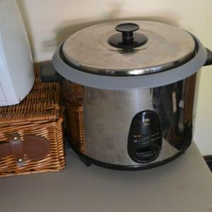 Photo of LOT 383 KITCHEN ITEMS