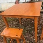 SQUARE TABLE WITH STOOLS