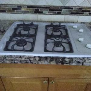 Photo of Whirlpool 30 inch- built in gas cooktop whit.  Works well and in good condition.