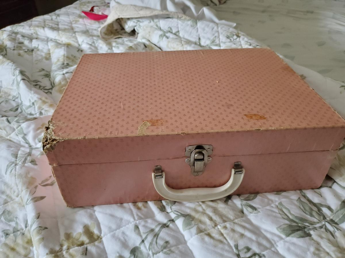 Photo 3 of 1950's Tiny Tears suitcase and clothes
