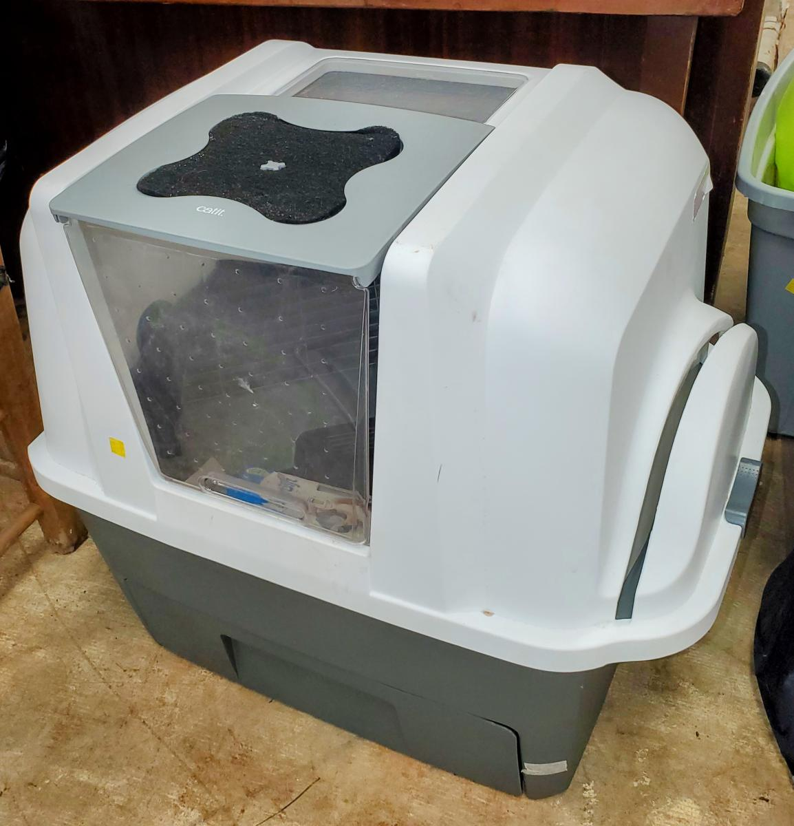 Photo 1 of Deluxe scooping litter box