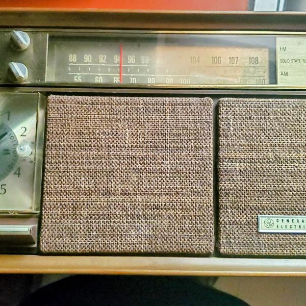 Photo of Vintage General Electric am/fm clock