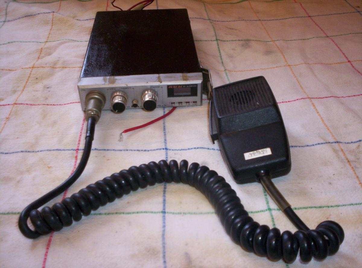 Photo 1 of Audiovox MCB-16 40 Channel C B Radio
