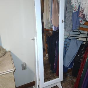Photo of jewelry mirror stand
